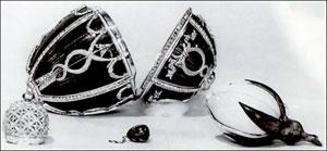Фотография 1917 года, на которой видны ныне утраченные сюрпризы яйца - корона (слева) и кулон (по центру).